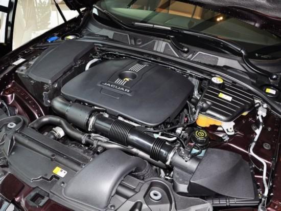 捷豹  2.0T 自动 发动机主体特写