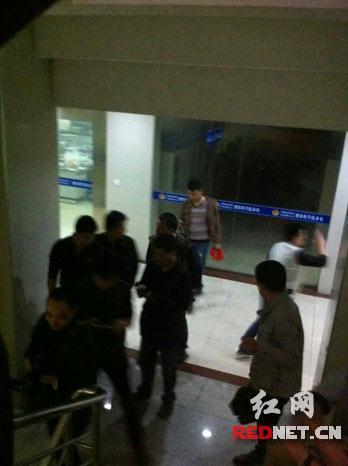 4月16日晚,岳陽樓警方將殺害五裡牌運通街君山招待所202房間3名女子的2名犯罪嫌疑人抓獲。
