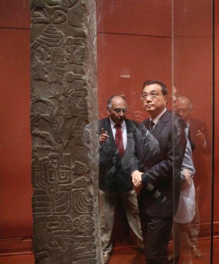 当地时间23日上午,李克强总理在秘鲁出席中拉文明互鉴系列活动,与两国文化界人士一同参观查文文化、印加文化文物和中华文明起源图片展。总理说,这些文物和图片蕴藏着两国的文明基因和独特文化密码。了解这些既往历史,是开启今天两国人民心灵的一把钥匙。(图片来自中国政府网)