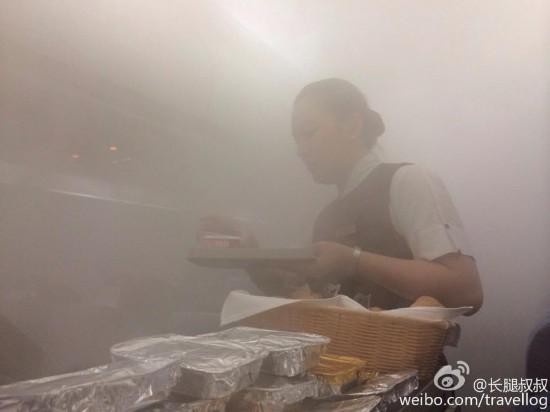 """深圳大雨 飞机机舱内变""""桑拿房"""""""