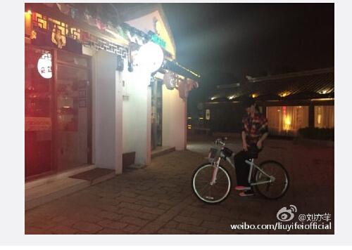 刘亦菲晒骑单车近照照片模糊遭吐槽(图)