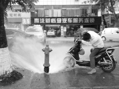"""消防栓成""""喷泉""""市民蹭水洗车 这样真的好吗?"""