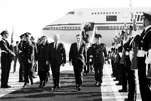李克强抵达圣地亚哥访问智利 夫人程虹同机抵达