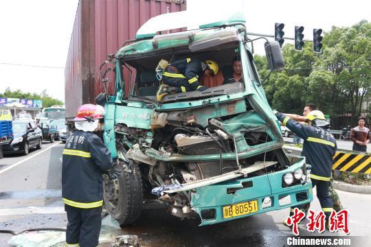 浙江一载20多人公交车与集装箱车发生追尾致9人伤
