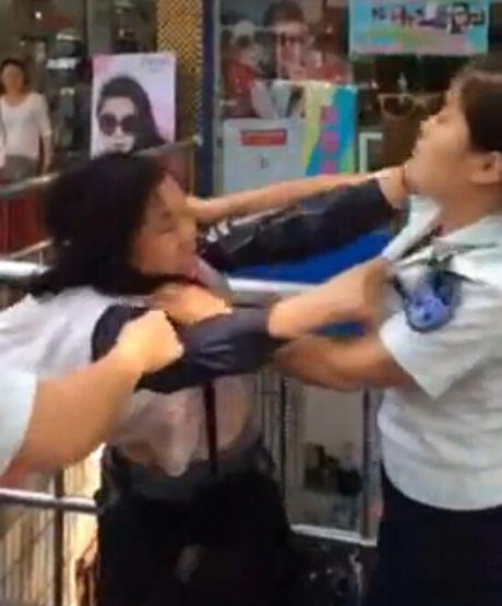 武汉男女城管殴打女摊贩