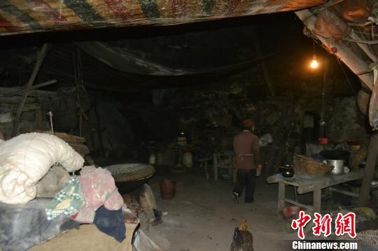 贵州六盘水市一山村:一户人家山洞里住了半世纪