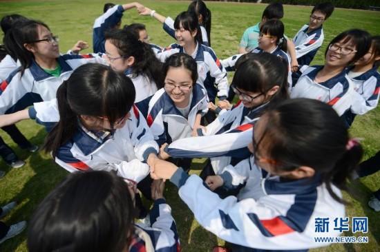 学高三学生在做减压游戏释放压力.距2015年全国高考已不到两个