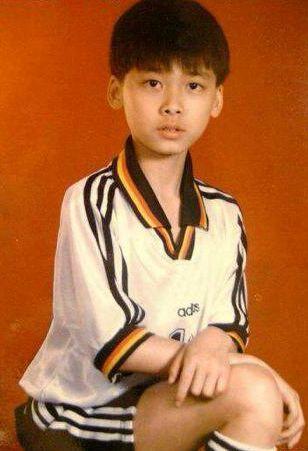 李易峰小时后照片_小时候的李易峰,看来是很喜欢运动啊.