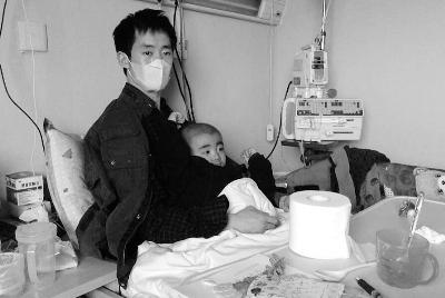 父親為救子當人肉沙包 孩子病情惡化生命隻剩1月