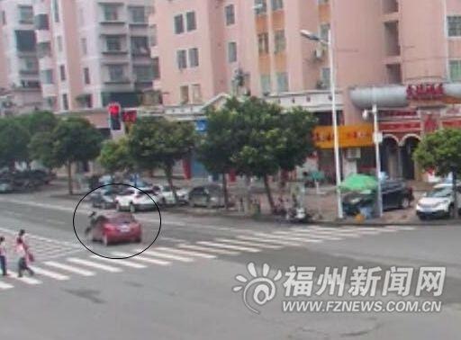 高三女生被卷车底拖行10米 10多名路人抬车救人