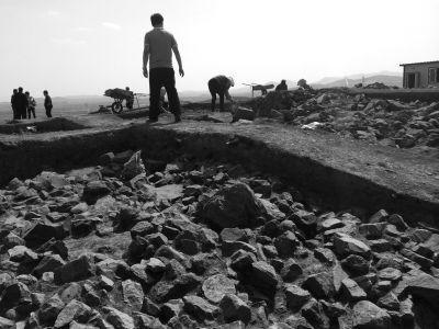 祖師爺姚某曾帶領團伙盜挖過的半拉山墓葬群目,前正在被搶救性挖掘。京華時報記者錢衛華攝