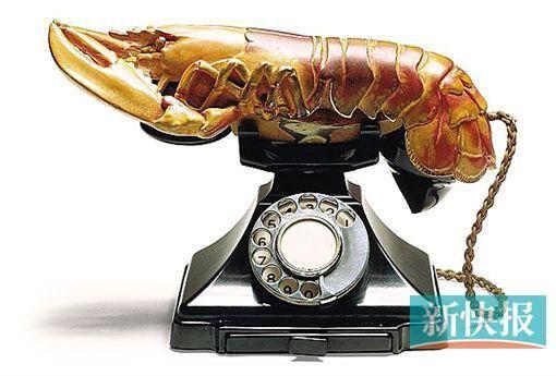 """达利作品:一只龙虾模型""""放""""在了电话基座"""