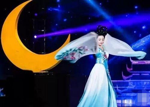 早安少女组演唱会2016央视美女主持李思思扮嫦娥 跳舞大秀好身材--传媒--人民网