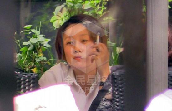 马伊琍素颜与闺蜜聚餐 抽烟频出神(图)图片