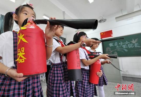 福州小学生自制灭火器学习消防知识