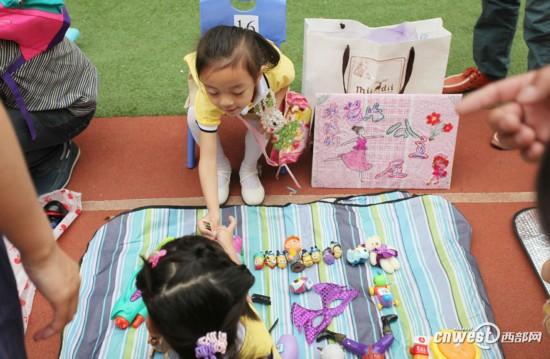 高清组图:迎六一 幼儿园里的跳蚤市场欢乐多