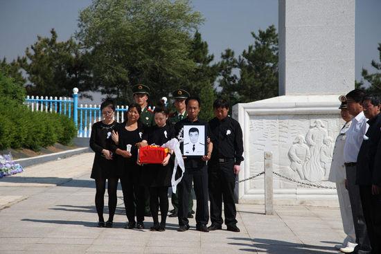 海军两名牺牲飞行员骨灰安葬仪式举行(组图)