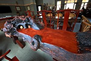 """缅甸花梨大茶桌。红木家具与字画、瓷器、茶、玉器共同构成了达官贵人的""""雅好""""新宠。"""