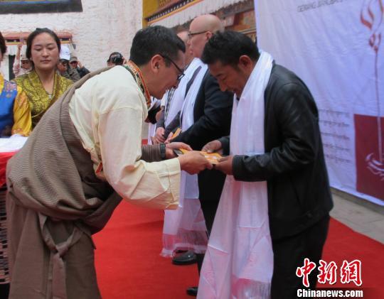 藏文书法个人展首次亮相拉萨27种不同字体亮相(图)