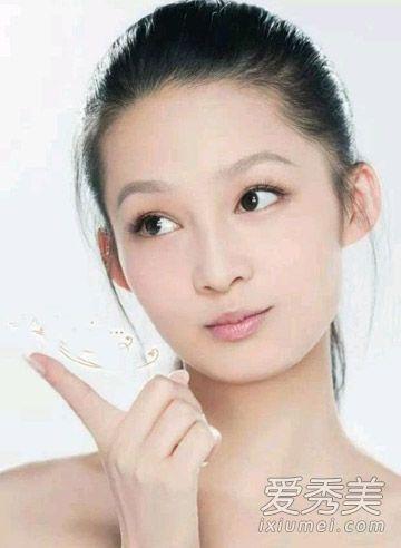 大光明发型,露出额头最新甜美气质,将刘海全部梳起来可是很考验女生