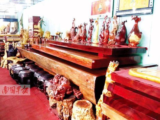 市场行情低迷,南宁不少红木店有了更大的议价空间。
