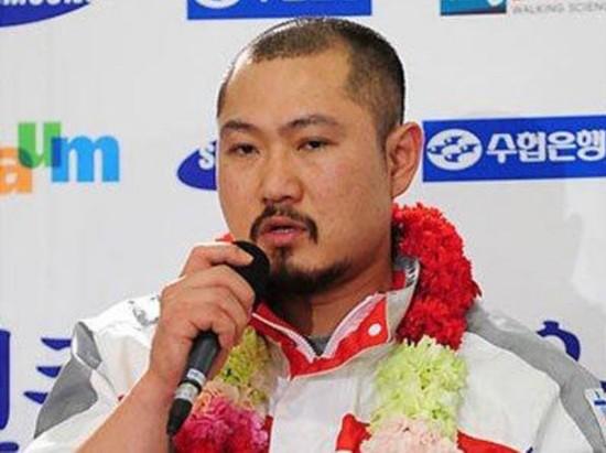 刘亦菲 孙俪/2010年温哥华冬奥结束韩国教练回国收到表彰。