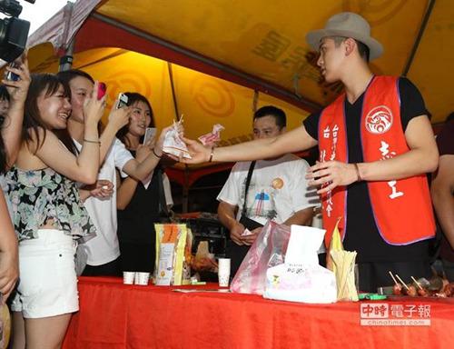 柯震东集市站台卖香肠自曝跟父母要零花钱(图)