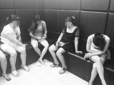 女子引诱老人续:8行迹可疑女子被带回派出所