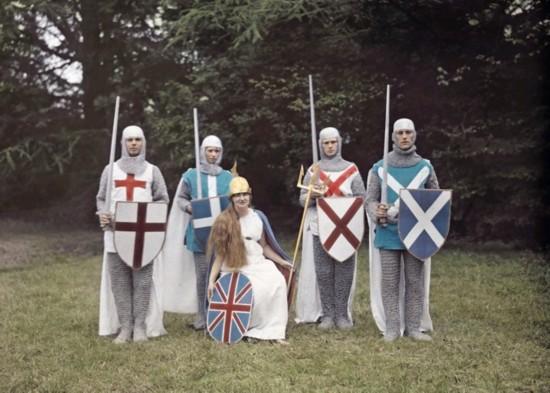 数名民众打扮成为中世纪的骑士。