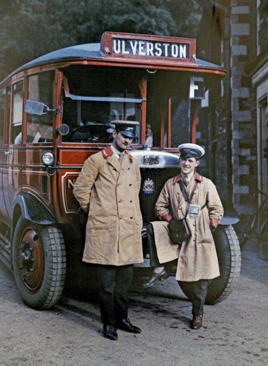 坎布里亚郡两名旅游巴司机正在休息。