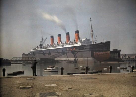 一艘客轮停泊在南安普敦的船坞。