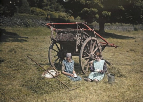 兰开夏郡两名妇女正在野餐。