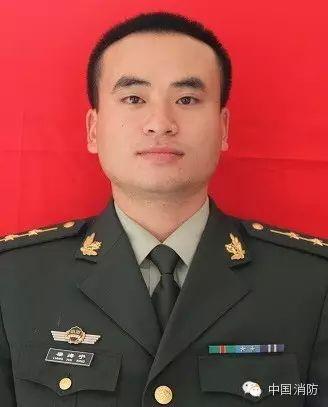 身先士卒的指导员杨科璋。