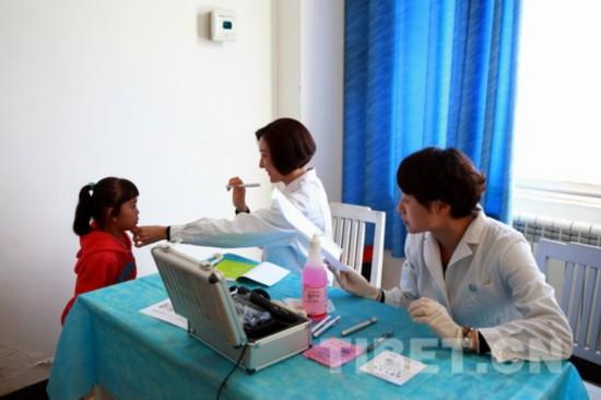 北京儿童医院派出了由十名眼科专家组成的团队