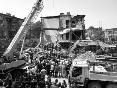 5月31日,救援人员在现场搜救。新华社发