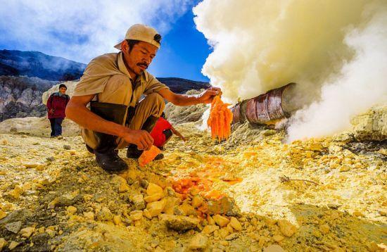俄摄影师记录印尼硫磺矿工的艰辛工作