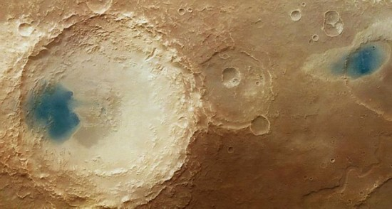 """欧洲宇航局拍到火星表面神秘""""蓝湖"""""""