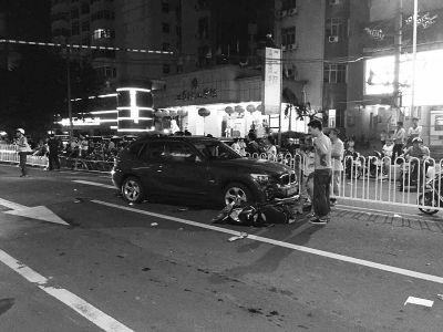 事发海口蓝天路:宝马连撞2辆电动车 2人受伤