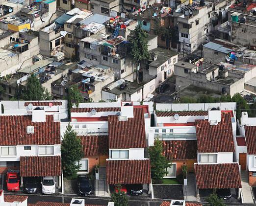 p80-6 墨西哥贫富差距非常大,有些地方贫民窟与富人区只有一墙之隔。