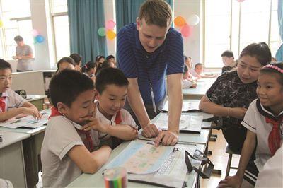 外教志愿者与孩子们一起讲述梦想。