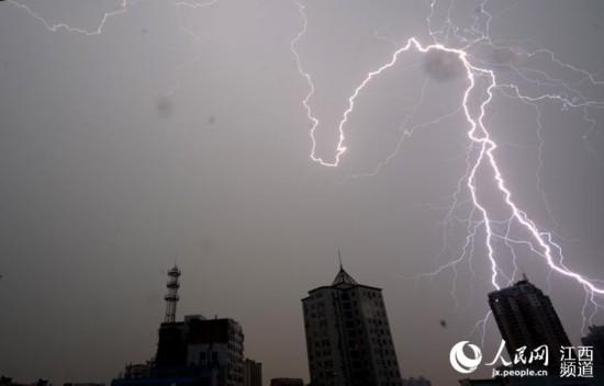 1日傍晚,南昌市遭遇强对流天气,天空中电闪雷鸣。