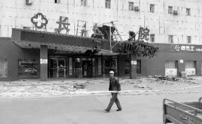 吉林通榆龙卷风:三轮车吹上树 彩钢房飞出墙