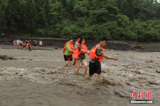 重庆河水上涨致18名驴友被困 消防官兵成功牵引救援【2】