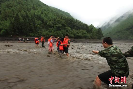 重庆河水上涨致18名驴友被困 消防官兵成功牵引救援【4】