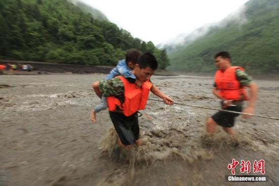 重庆河水上涨致18名驴友被困 消防官兵成功牵引救援