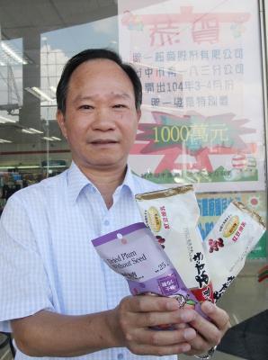 """台中市一名妇人花新台币55元在超商买零食,统一发票幸运中了特别奖千万元奖金,中区税务部门6月2日呼吁民众,赶快对奖。来源 台湾""""中央社"""""""