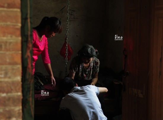 女子患精神病30年 被家属用铁链锁身