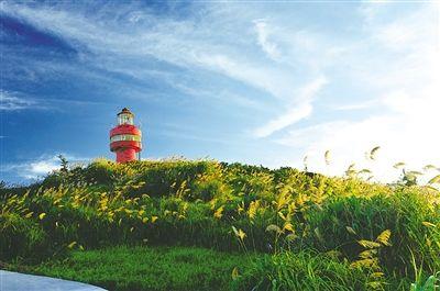 高高耸立的灯塔,已经成为北麂岛上的一个旅游景点. 王祥明 摄