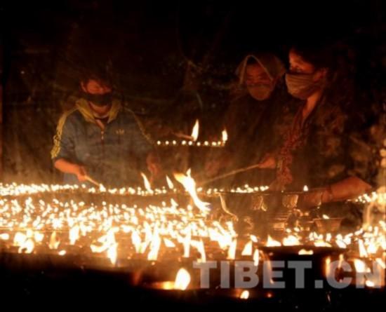 萨嘎达瓦节首日清晨,千佛崖燃灯房内点燃了上万盏酥油灯。摄影:张丽娜