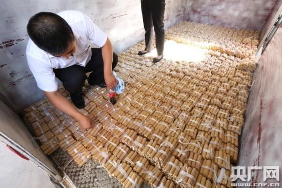 沈阳市民携66万硬币买车 硬币堆成山(图)